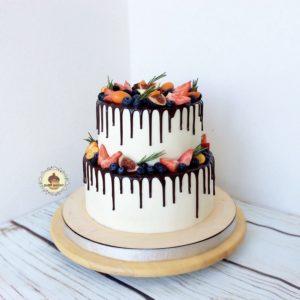 двухъярусный торт с ягодами