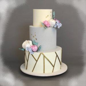 трех ярусный торт с велюром